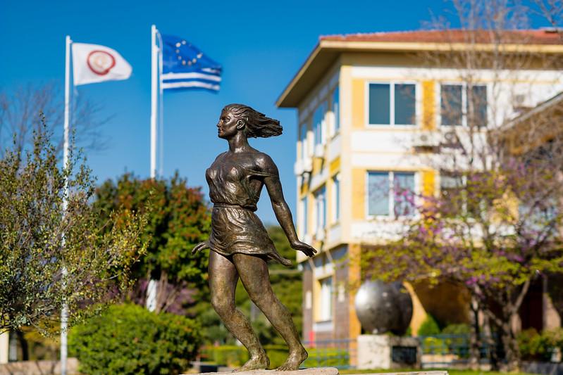 Το άγαλμα της Νεότητας έξω από την Πρυτανεία